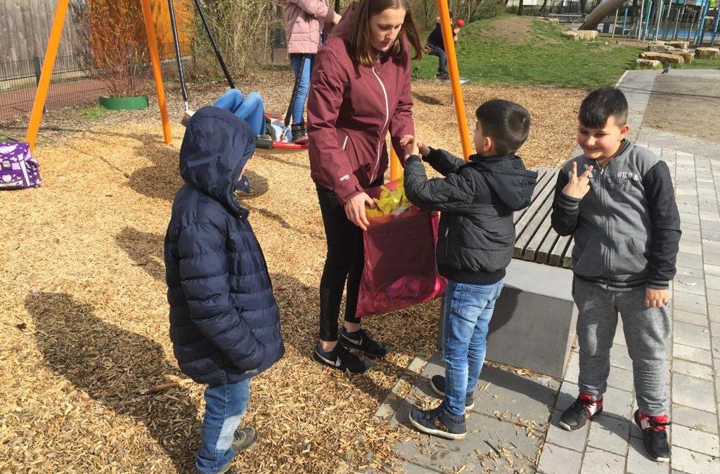 Kinder der Per Mertesacker Stiftung räumen in Mühlenberg auf