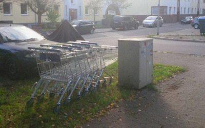 Gar nicht sauber: umherstehende Einkaufswagen
