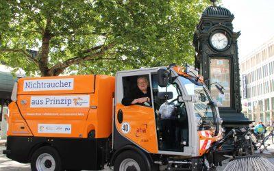 Elektro-Kehrmaschine macht die City sauber